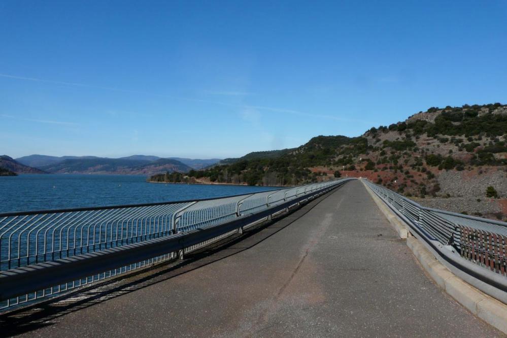 la route sur le barrage non autorisée