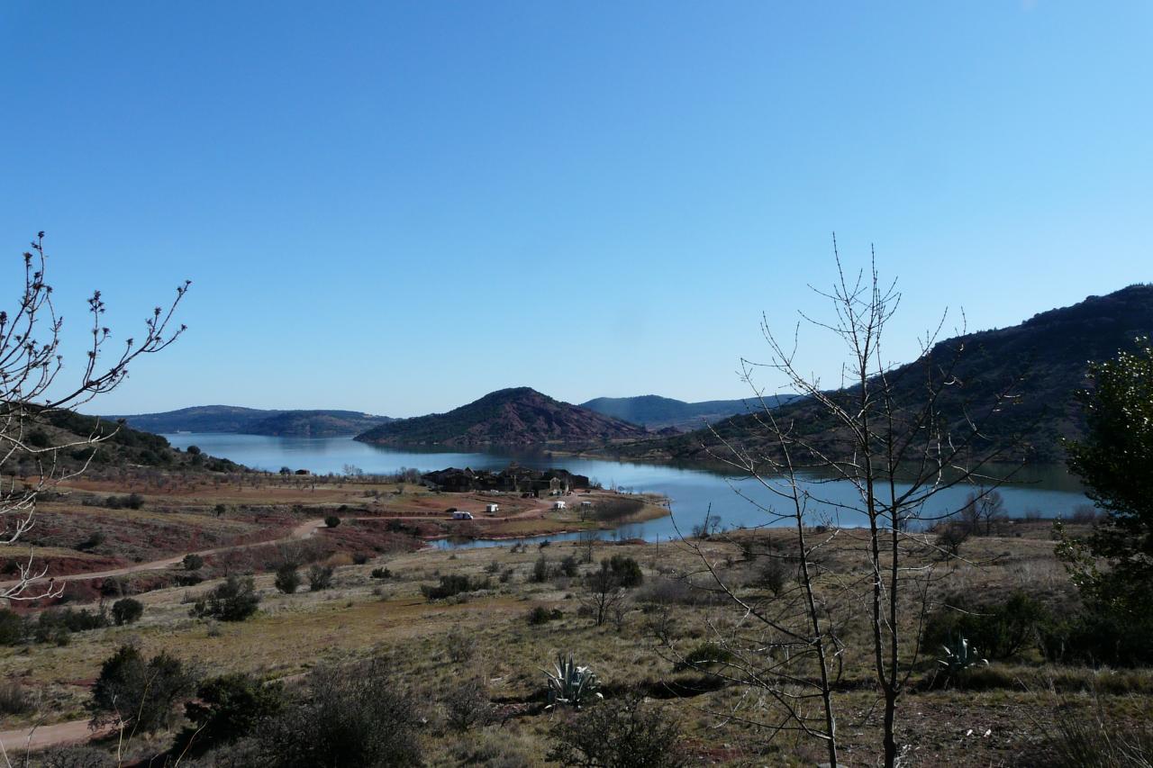 le lac du Salagou et le village abandonné de Celles