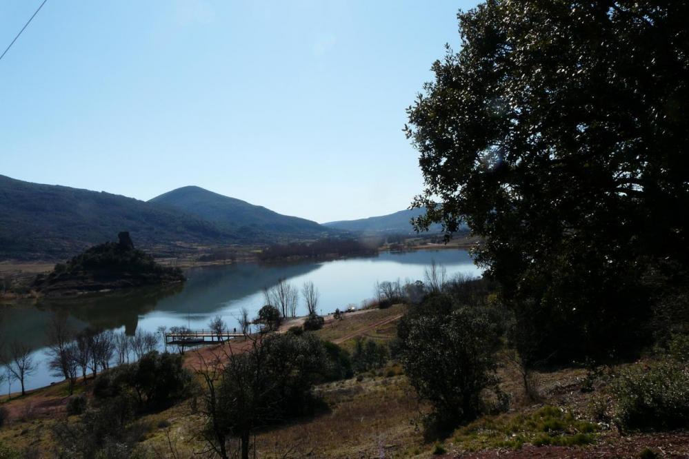 une des nombreuses aires de bivouac autour du lac du Salagou