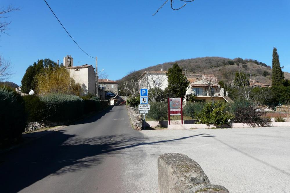 Octon et le parking bivouac d' entrée de village