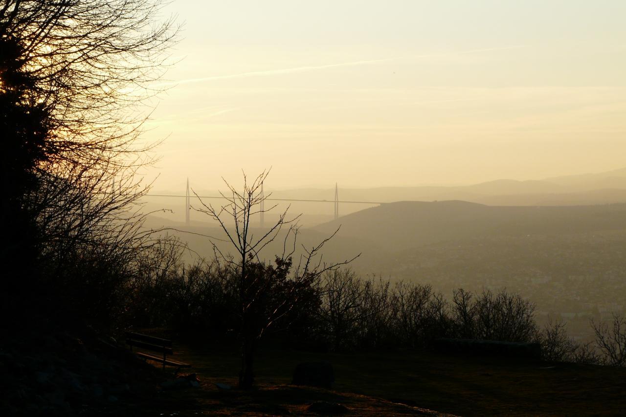 au loin le viaduc de Millau