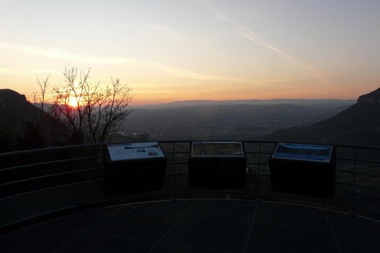 le soleil se couche sur Millau