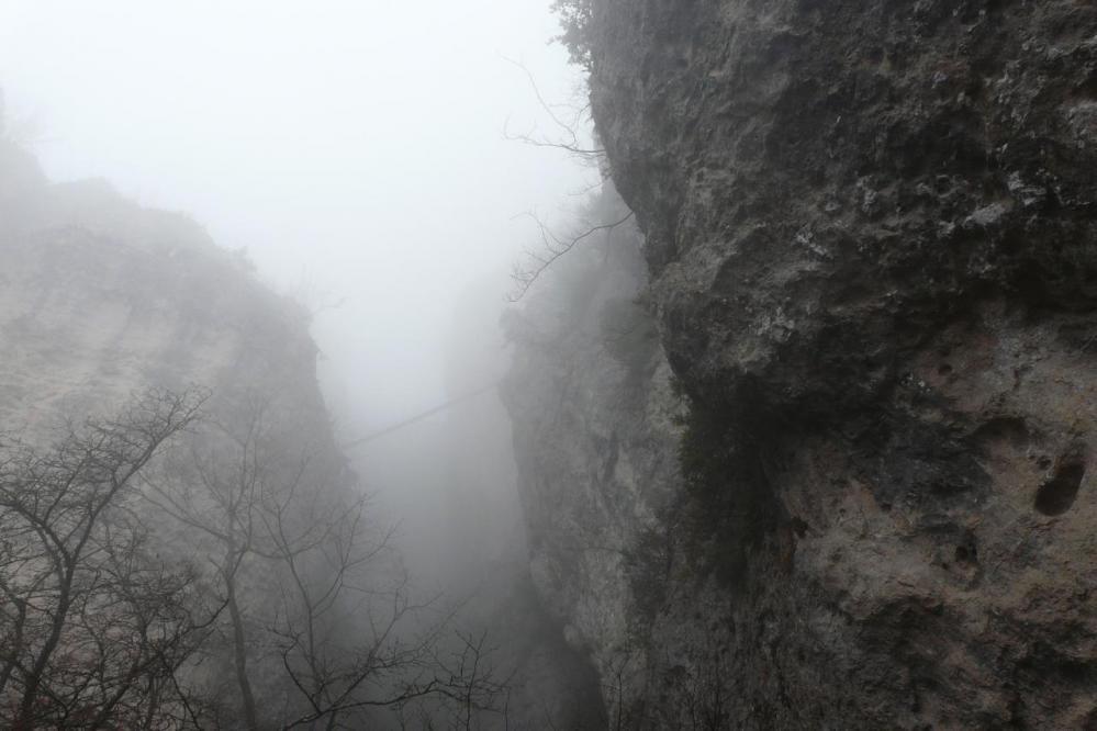 la passerelle de Liaucous dans le brouillard