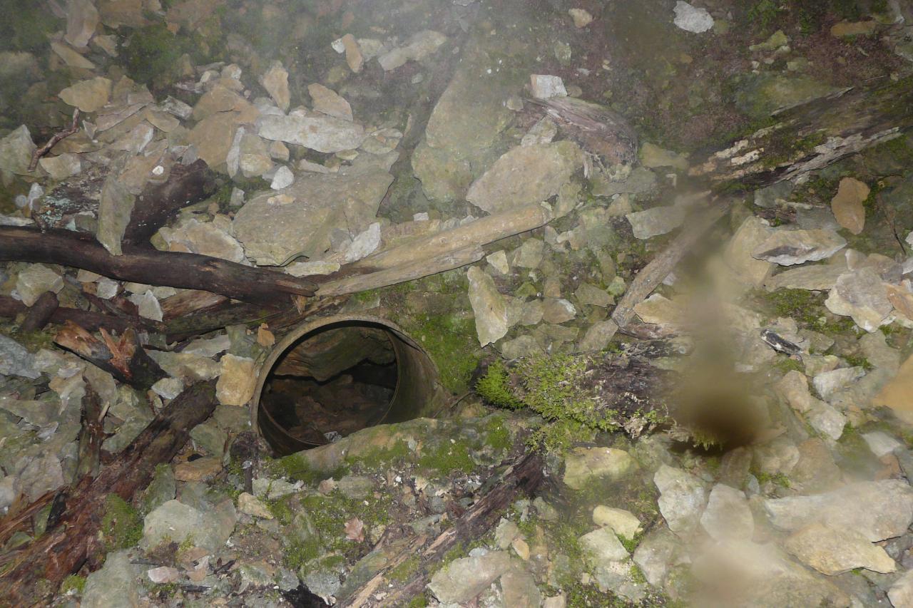 la sortie  du tonneau dans le gouffre du Beuillet (Lanans)(aujourd'hui impossible)