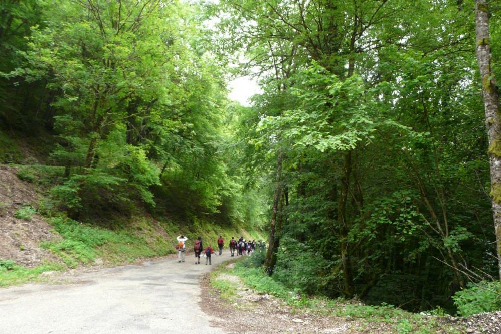 un groupe accompagné redescend de la via ferrata de Chabarotte depuis les tunnels