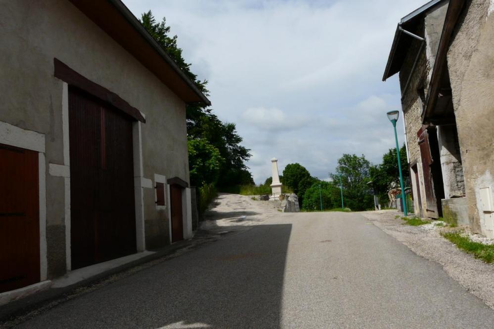 à la sortie de Lacoux, prendre à gauche...