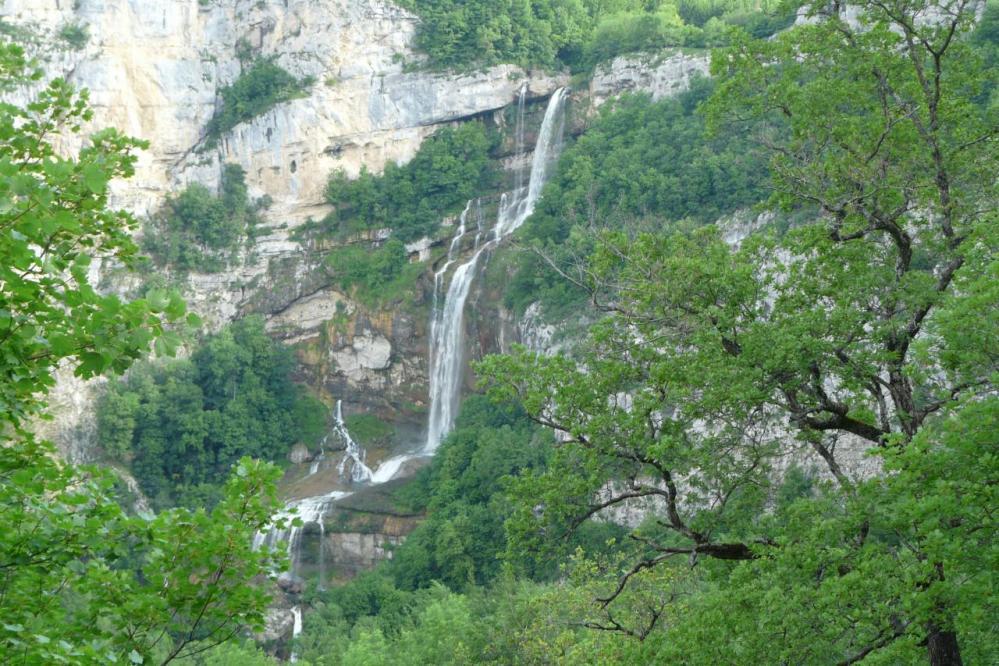 la cascade de Chabarotte vue depuis la route de Chaley à Hauteville (115m de chute !)