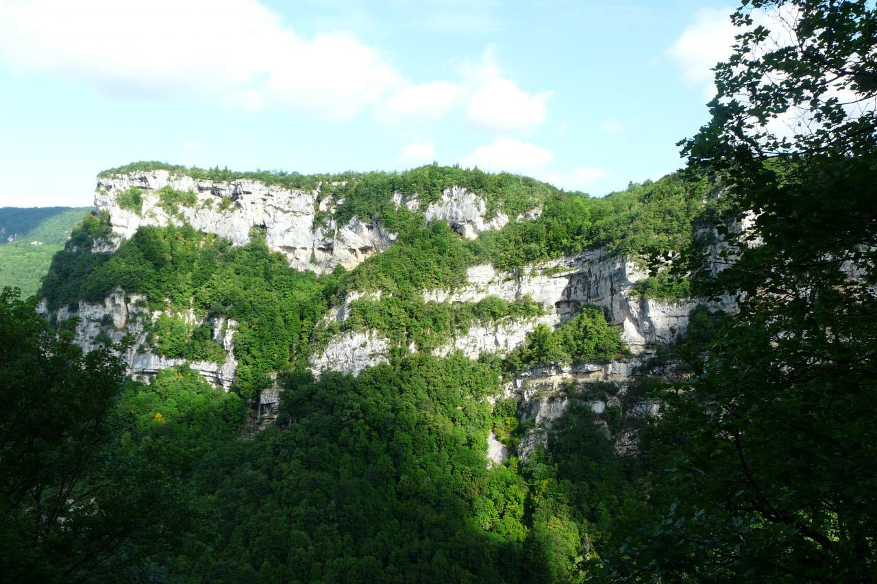 Les falaises des gorges de l' Albarine (tunnels et résurgence des demoiselles sur la gauche)