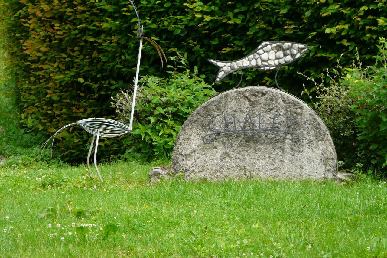 sculpture d' accueil au village de Chaley avant le hameau de Charabotte