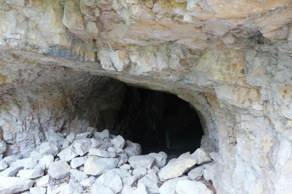 dés le premier tunnel, je vérifie si au delà de cette grotte il n' y a pas un chemin qui suit les falaises ... point de passage évident, sauf pour les chasseurs !