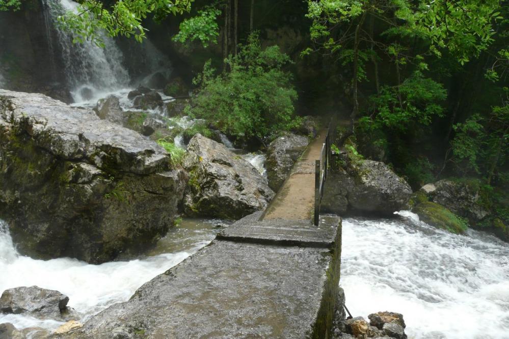 la passerelle sous la cascade de la Doria