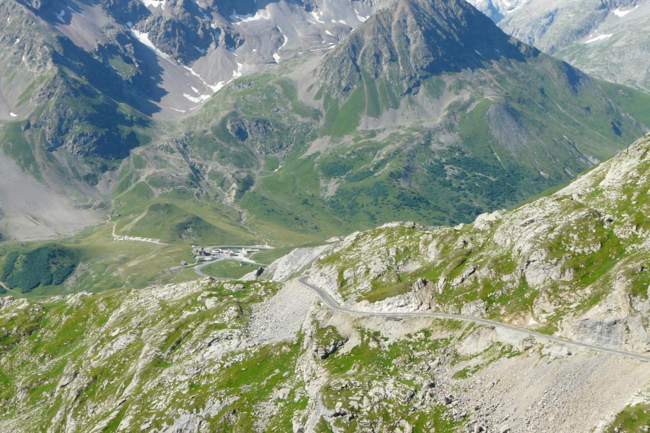 vue sur une partie de la descente du col du Galiber vers le Lautaret