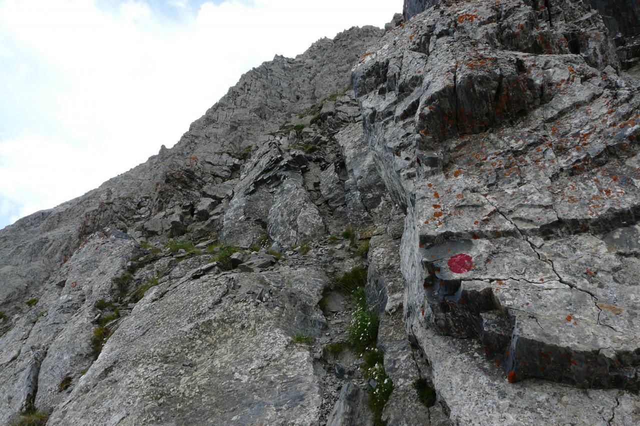 accès à la via de la pointe de Charra,suivre les points rouges