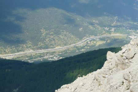 L'autoroute du Fréjus aprés Bardonecchia en Italie vue de la via