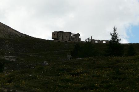 retour aux vestiges militaires du col des Acles