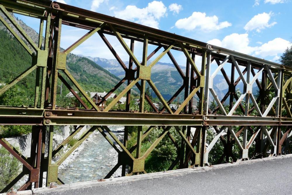 pont vétuste et étroit dans la descente sur Bardonecchia