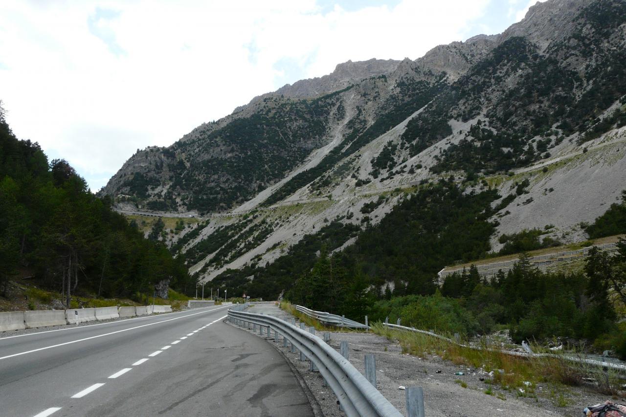 montée du col de Montgenèvre, avec les tunnels en perspective