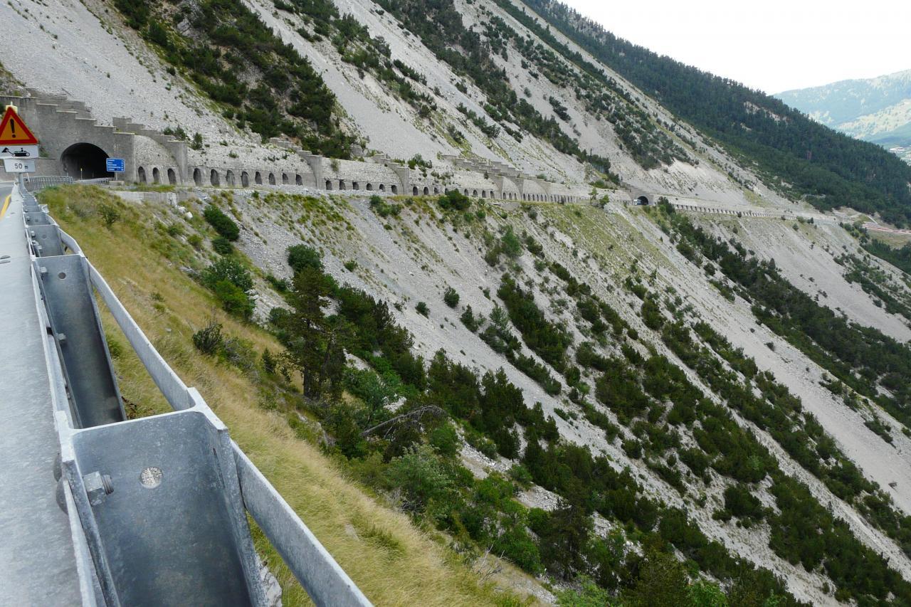 vue sur les tunnels du col de Montgenèvre dans le sens de la descente