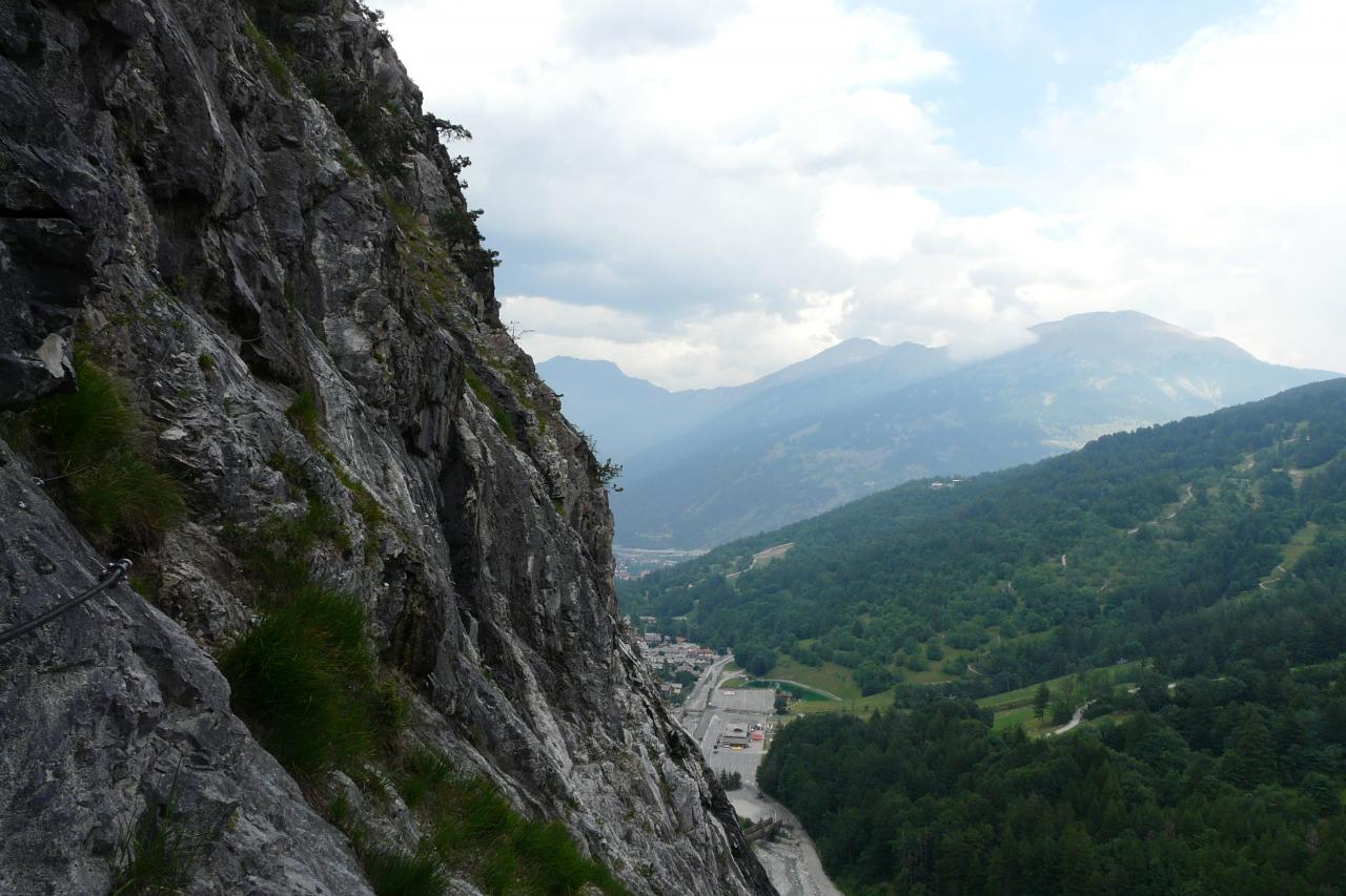 Longue traversée dans la via del Rouas à Bardonecchia