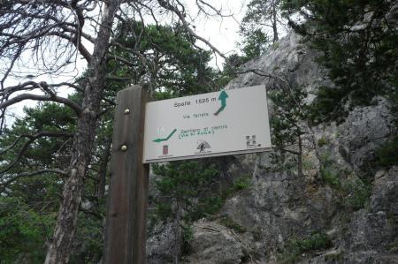 pancarte à la jonction du retour via athlétique et via qui conduit à la grotte et à la passerelle