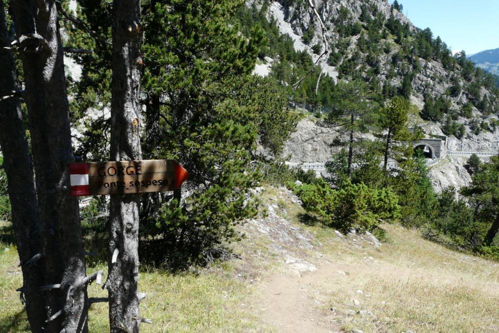 chemin d'accès aux gorges (cabane pont tibétain) et au départ de la via Rocca Clari