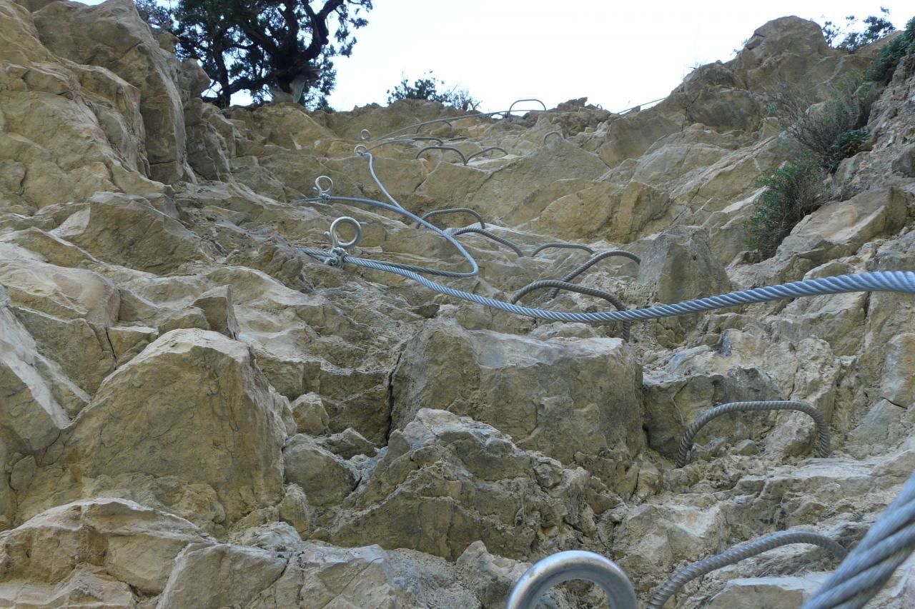 l' aspect du rocher de la falaise de Meïchira est ...déroutant ...inquiétant ?!