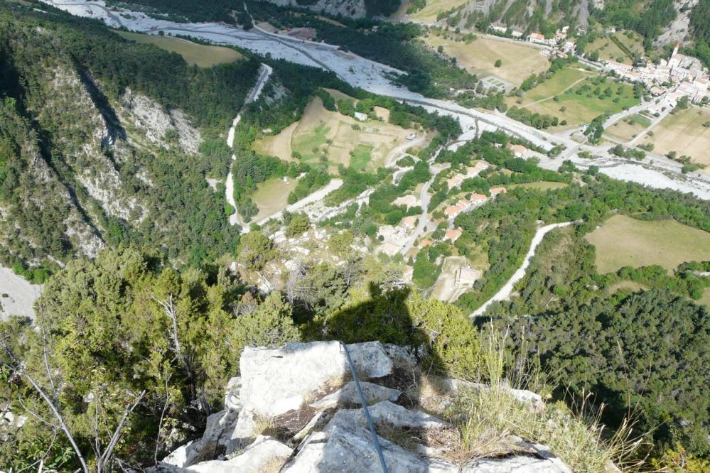 Vue en bas depuis le sommet de la via ferrata de Prads sur Bléone