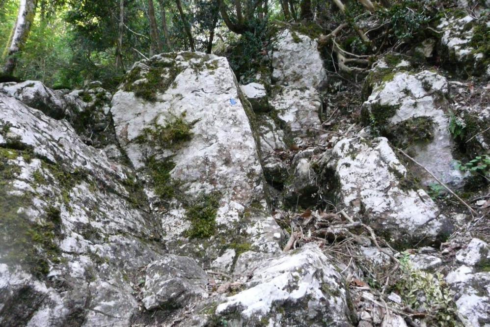 la montée raide et athlétique à la grotte de Pabro