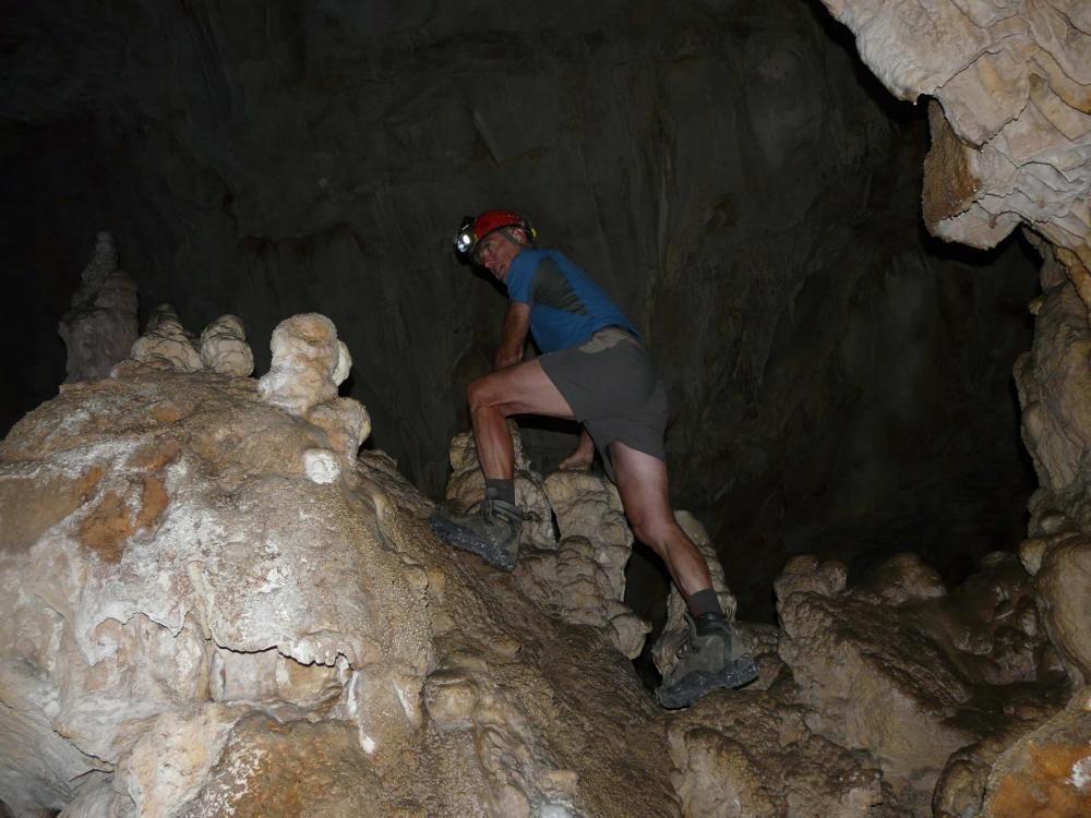 le cheminement dans la cavité de la grotte de Pabro