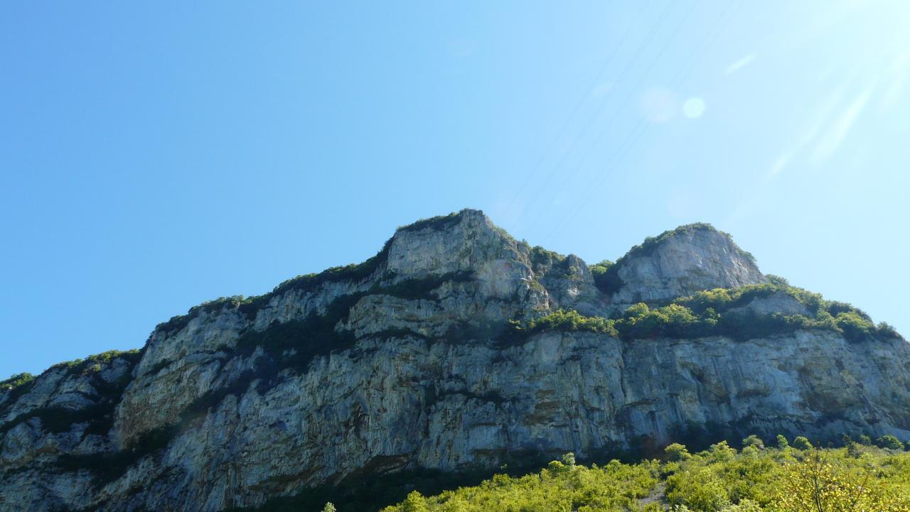 la falaise de la via ferrata de la guinguette à Hostias vue depuis le bas