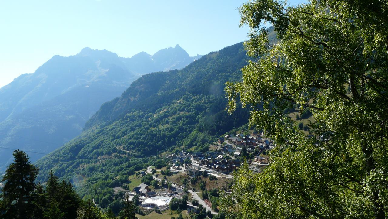 montée ombragée vers la via de la cascade de la fare, vue sur le hameau de la Vilette