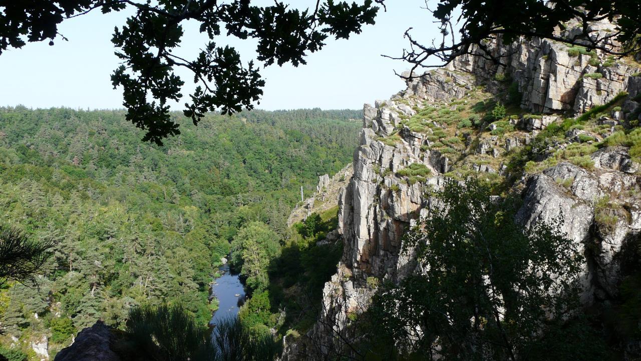 Magnifique vue sur la Truyère et la suite du rocher de la via ferrata de Malzieu