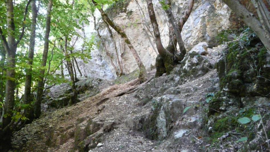 accès délicat à la sente qui part au dessus du tunnel pour rejoindre la grotte de Charabotte
