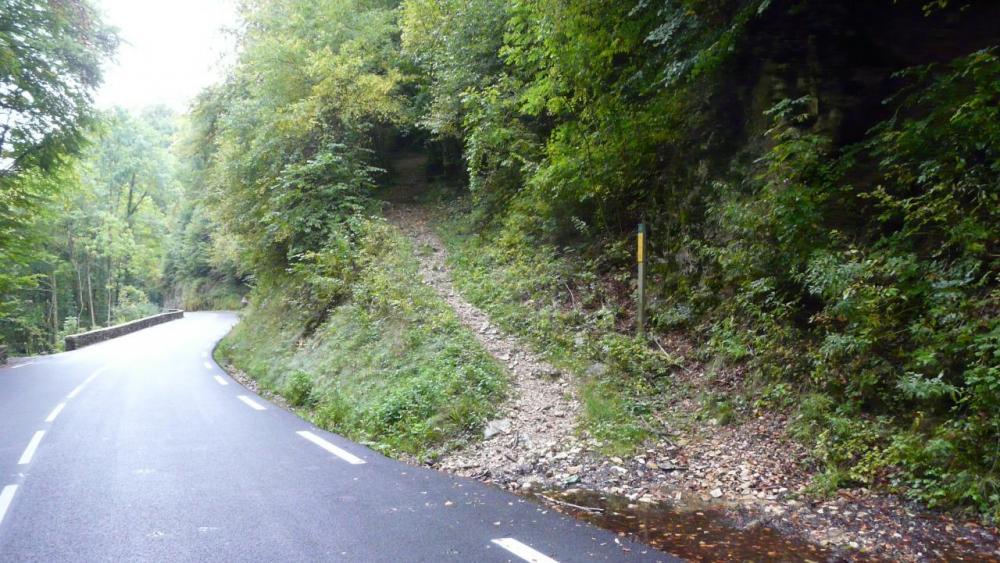 sentier de départ à la grotte de Bouleyre en bord de route