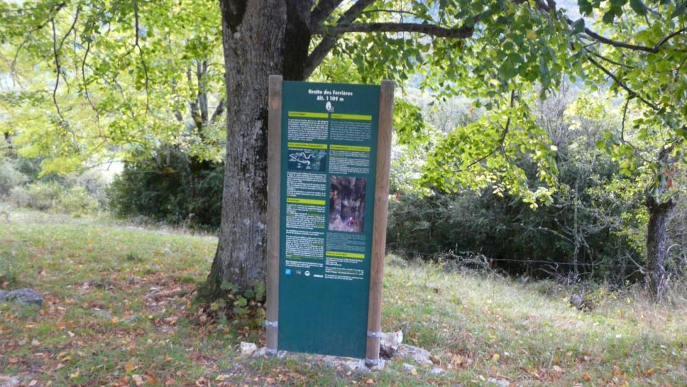 panneau d'info de la grotte des ferrières
