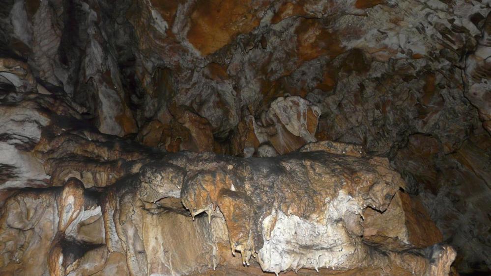 couleurs contrastées à la grotte des Ferrières