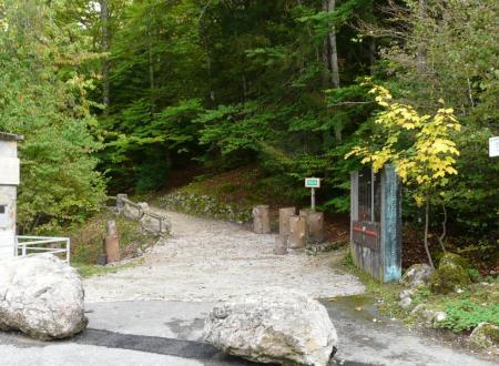 sentier de départ prés des panneaux commémoratifs