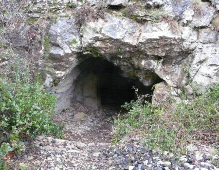 l' entrée lucarne de la grotte de la Roquette