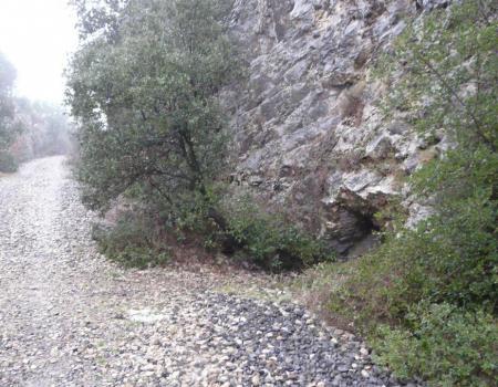 la lucarne de la grotte de la Roquette juste au bord de l' ancienne voie de chemin de fer en face des ruines du chateau de la Roquette