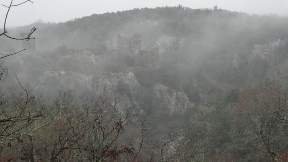 le chateau (ruines) de la Roquette dans les brumes