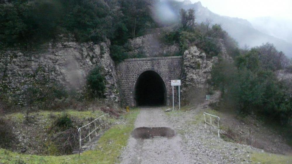 un des tunnels sur l' ancienne voie de chemin de fer qui relait Sumène à Ganges