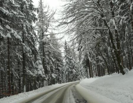 la route d' accés par le haut depuis le col du Bonhomme ... il ya de la neige !