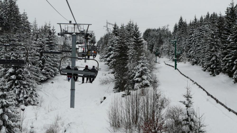 sur le telé siège, beau terrain de ski ludique en dessous