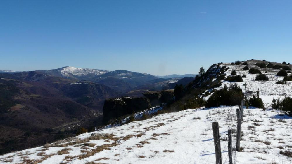 le site de lma via ferrata vu du haut (à gauche), à droite le sentier d' accès