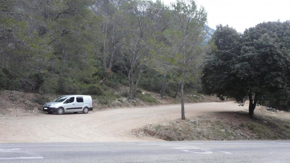 le parking pour aller au château et à la grotte de l' Hortus depuis la D1