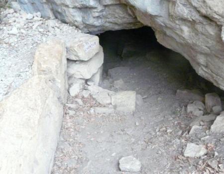 la sortie N°2 de la grotte de l' Hortus