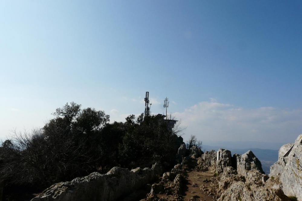 la croix du pic St Loup vue depuis l' arête ouest