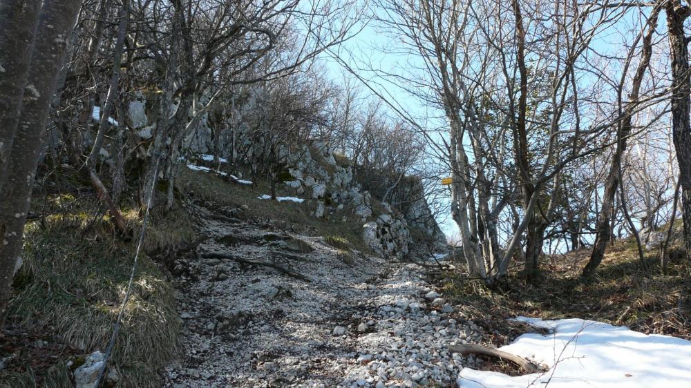 Descente câblée vers la face est et sud du rocher du Cornillon