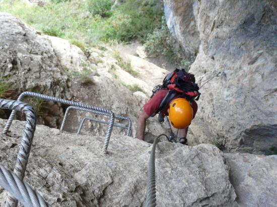remontée au dessus de la grotte dans la via de  Poingt Ravier à valloire