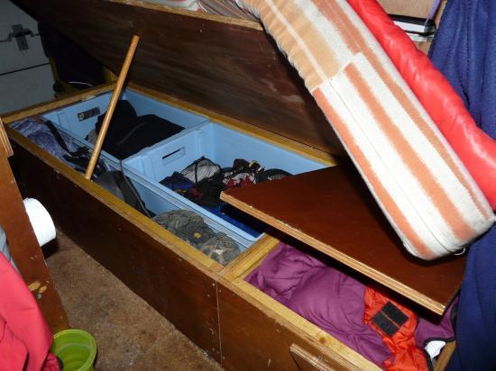 les coffres de rangement sous la couchette